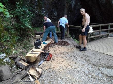 Izdelava novih klopic pred jamo Pekel