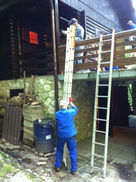 lestev nujna za barvanje tur. doma pred jamo Pekel
