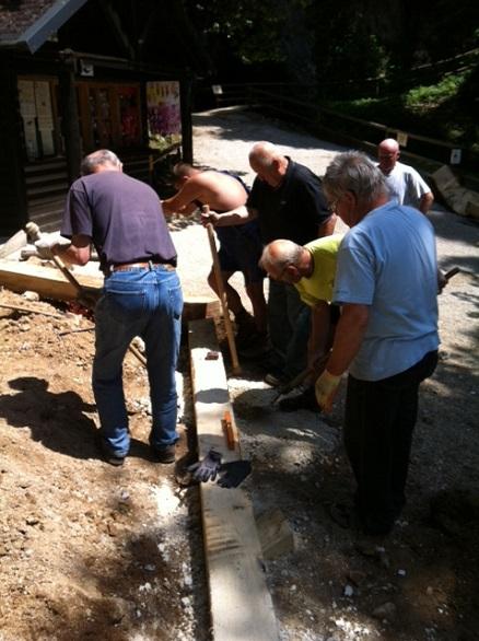 Izdelava novih stopnic pred jamo Pekel1