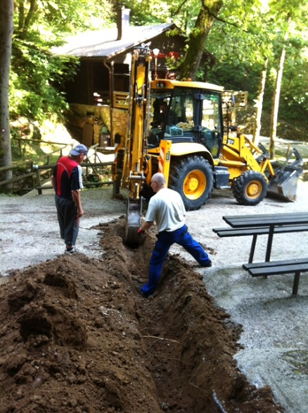 Pomoč bagra nujna pri izdelavi ureditve odvodne vode pri Jami Pekel
