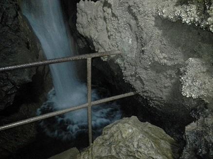 Stara ograja pri slapu v jami Pekel