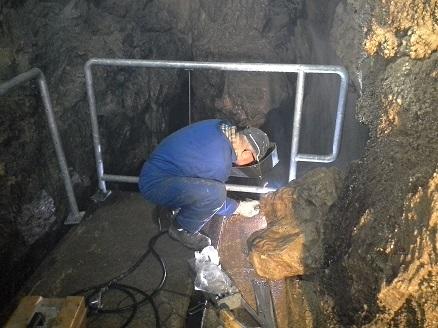 Montaža nove ograje pri slapu v jami Pekel