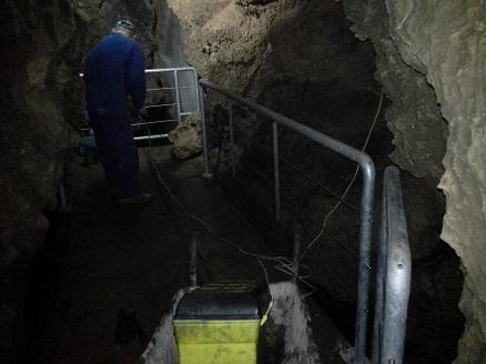 delo ob montaži novih ograj pri slapu v jami Pekel