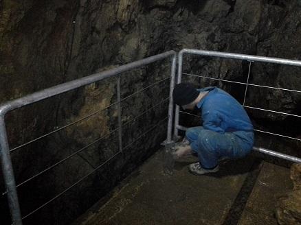 Zadnji popravki ograje pri slapu v jami Pekel