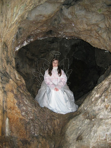 Angelček jaslice v jami Pekel