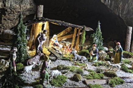 kamnite jasli v jami Pekel