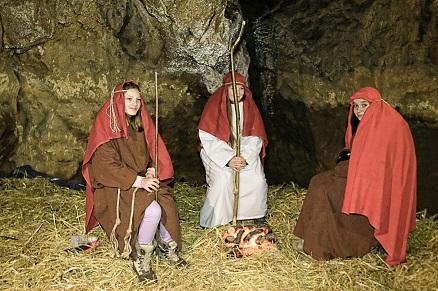 Pastirci v jami Pekel v času prireditve žive jaslice
