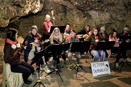 Petrovi tamburaši v jami Pekel